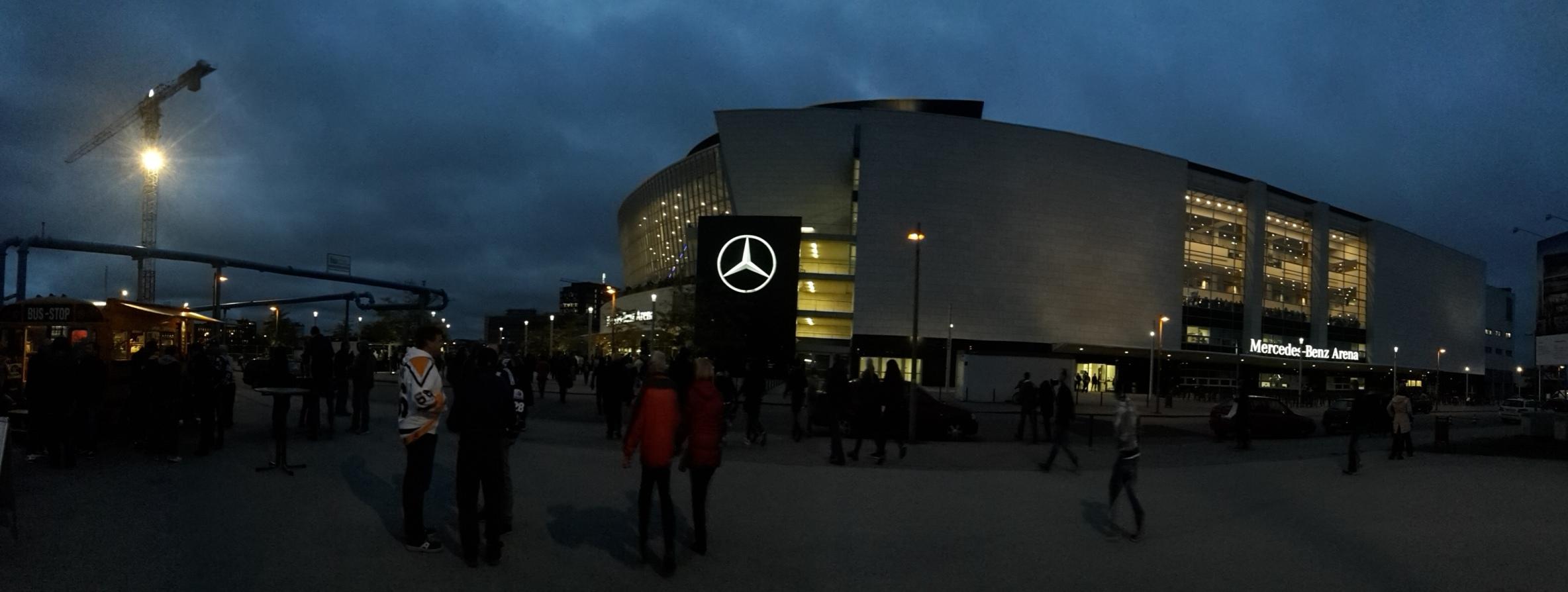 Eishockey Eisbären Berlin Kölner Haie DEL 20161007 (1).jpg