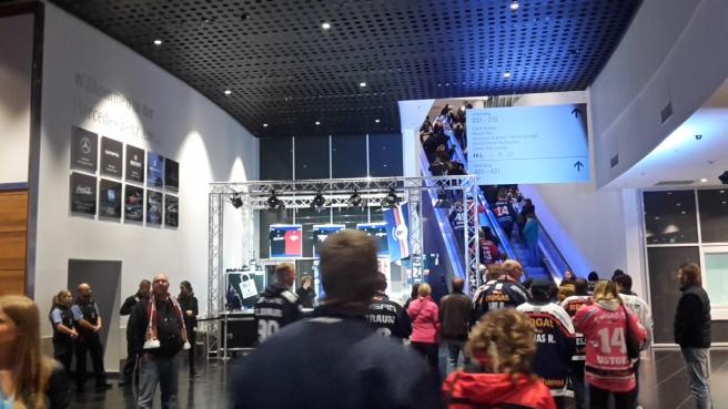 Eishockey Eisbären Berlin Kölner Haie DEL 20161007 (2).jpg