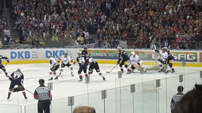 Eishockey Eisbären Berlin Kölner Haie DEL 20161007 (27).jpg