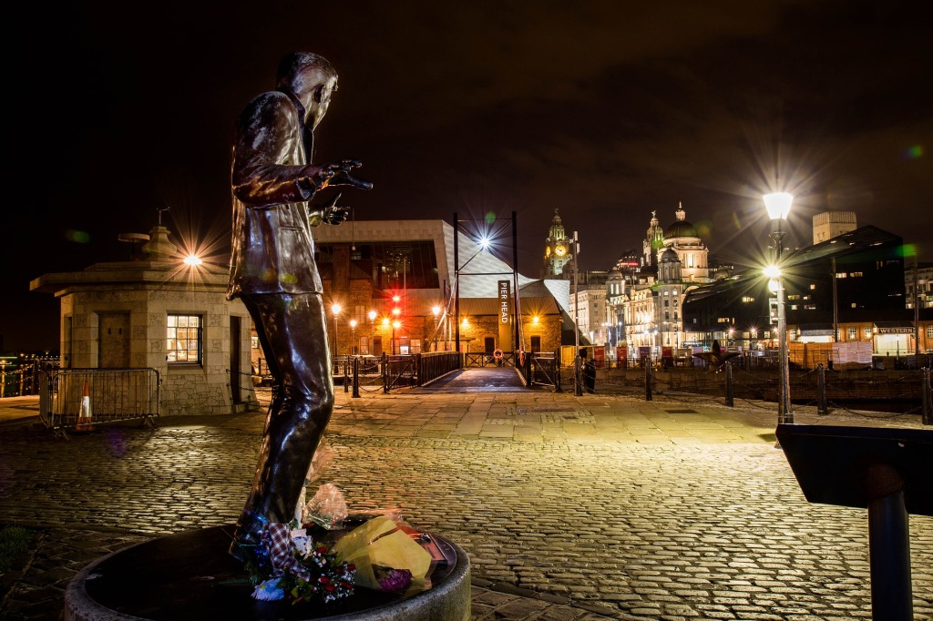 "Statue des Rock'n'Roll-Sängers Billy Fury am Albert Dock in Liverpool. Auf ihrem neuen Cover-Album ""Learning English Lesson 3: Mersey-Beat! The sound of Liverpool"" würdigt die Rockband ""Die Toten Hosen"" die Musik der Liverpooler Merseyside-Kultur der 50er und 60er Jahre. (Foto: gary gray)"